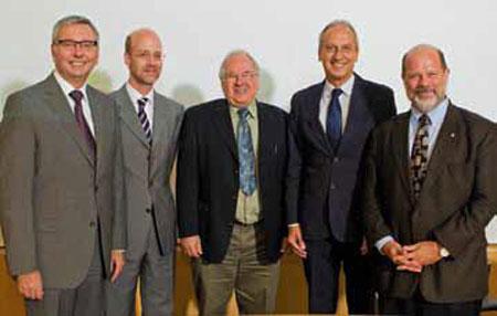 De gauche à droite : le prof. Stephen Toope, président de l'UBC, le prof. Bernhard Keimer, directeur du MPI, le prof. George Sawatzky, professeur à l'UBC, le prof. Peter Gruss, président de la MPG, le prof. John Hepburn, vice-président de l'UBC.