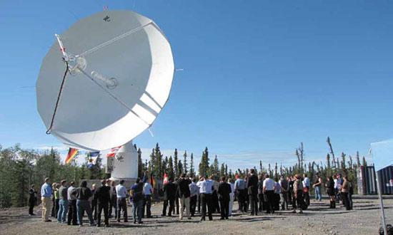 Inauguration de l'antenne parabolique du Centre aérospatial allemand (DLR) sur la station-relais pour satellites d'Inuvik en août 2010